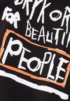 DRYKORN - SAMUEL PEOPLE - Print T-shirt - black