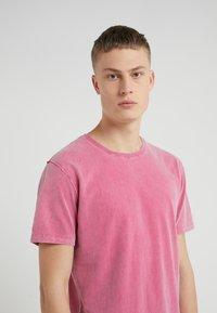 DRYKORN - LIAS - T-shirt basique - pink - 4