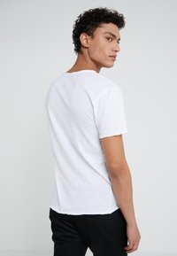 DRYKORN - TEO - Basic T-shirt - weiß - 2