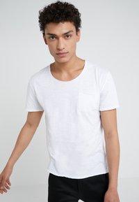 DRYKORN - TEO - Basic T-shirt - weiß - 0