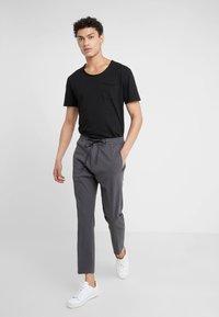 DRYKORN - TEO - Basic T-shirt - schwarz - 1