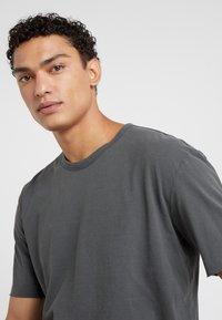 DRYKORN - RANIEL - Basic T-shirt - anthracite - 4