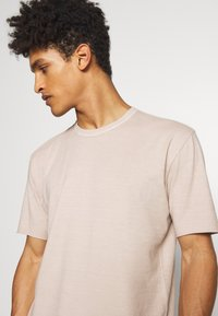 DRYKORN - RANIEL - Basic T-shirt - braun - 3