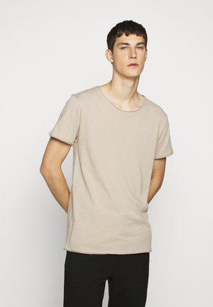 KENDRICK - Basic T-shirt - brown
