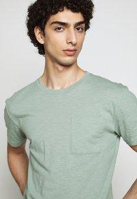 DRYKORN - SCOLT - Basic T-shirt - mint - 3