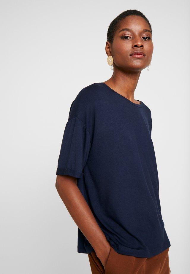 TEE - T-shirt med print - dark saphire