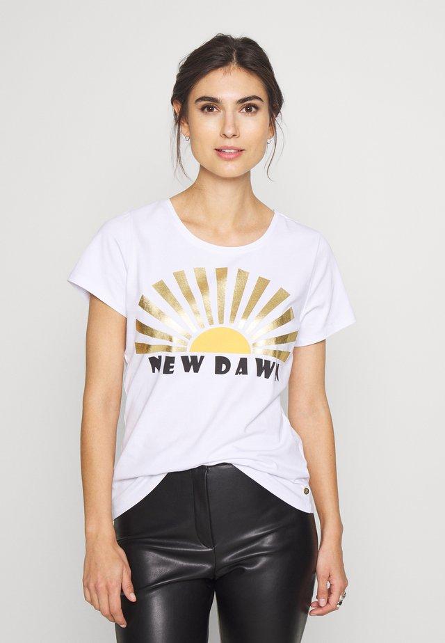 DRIKARA TEE - T-shirt z nadrukiem - white