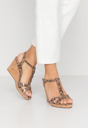 KOALA - Sandály na klínu - natural
