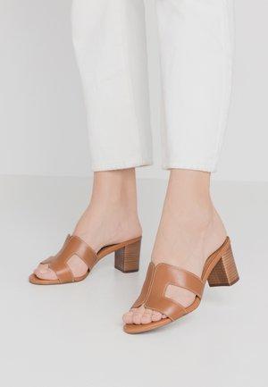 JOUPE - Pantofle na podpatku - tan