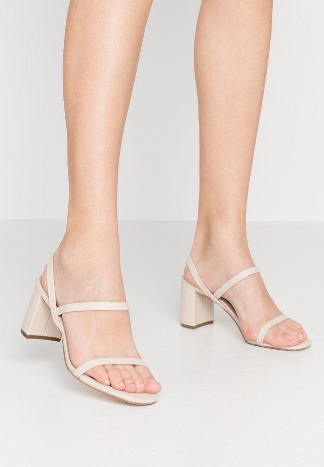 MARTA - Sandaalit nilkkaremmillä - ecru