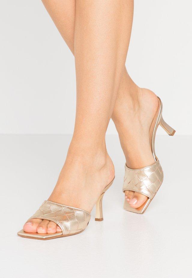 MONTREAL - Pantofle na podpatku - gold