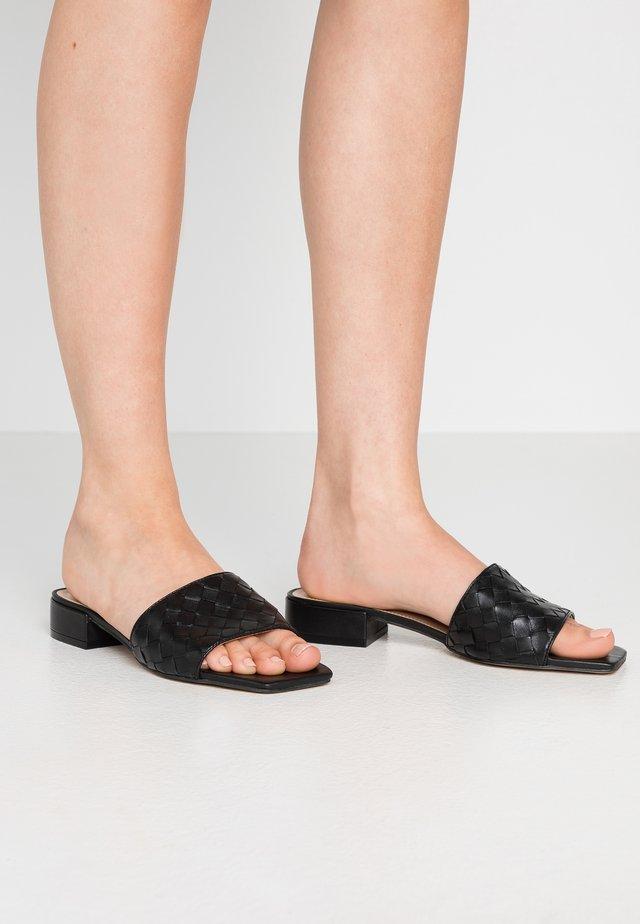 LANNDON - Pantolette flach - black