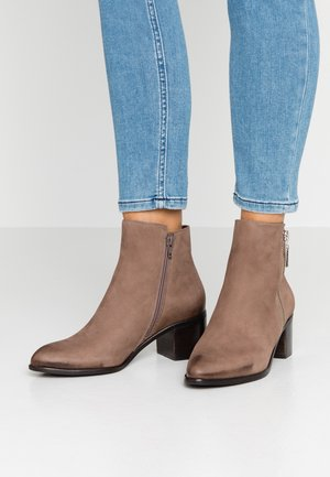 PEGGEY - Boots à talons - taupe