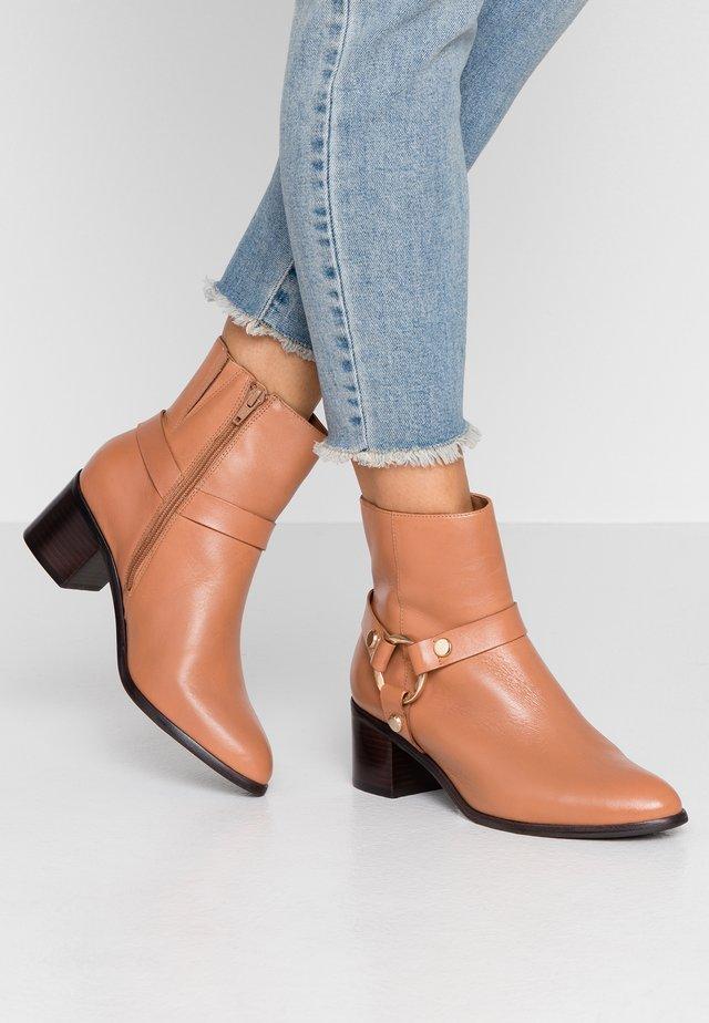 PIPKIN - Cowboy/biker ankle boot - camel