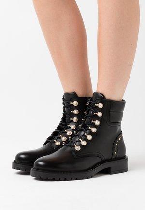 PEARLEY - Šněrovací kotníkové boty - black