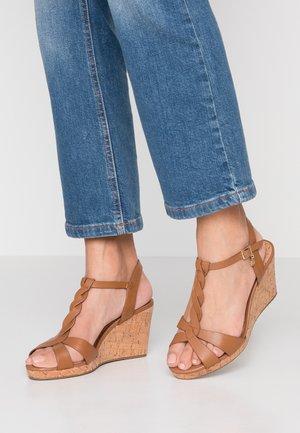 WIDE FIT KOALA - Sandály na platformě - tan