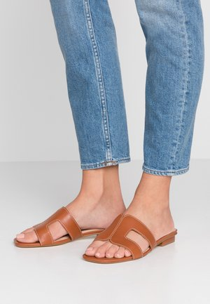 WIDE FIT LOUPE - Mules - tan