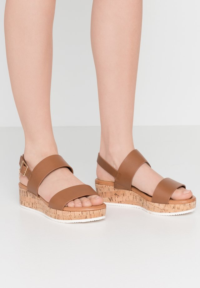 WIDE FIT LENNIIE - Sandalen met plateauzool - tan