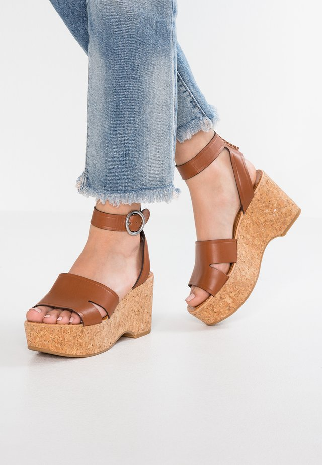 LINDA - Korolliset sandaalit - prairie brown