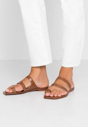ISALA EMBOSSED STELLA - Sandály s odděleným palcem - latte