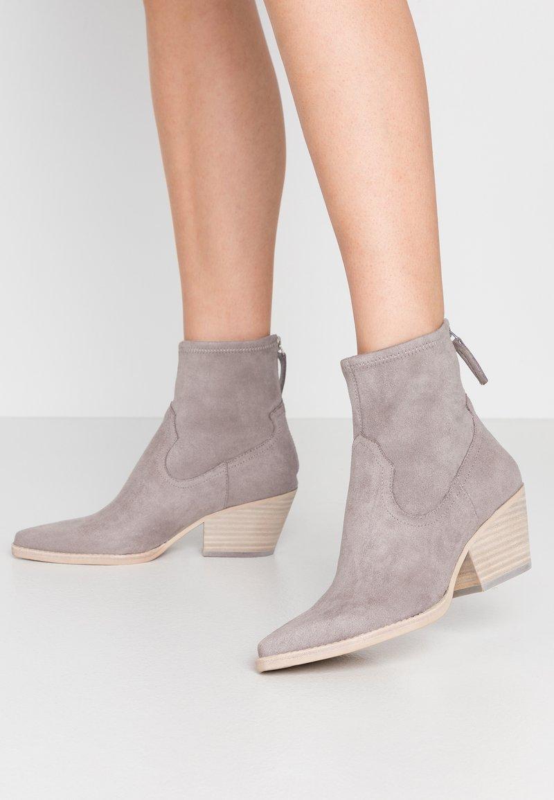 Dolce Vita - SHANTA - Cowboy/biker ankle boot - grey
