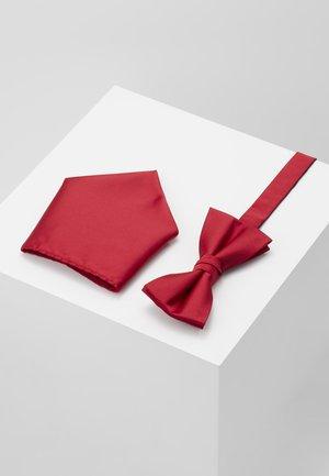 BUSTER SET - Lommetørkle - ruby red