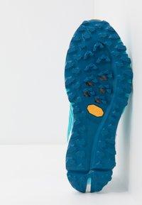 Dynafit - ALPINE PRO - Běžecké boty do terénu - silvretta/white - 4