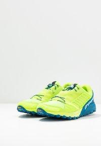 Dynafit - ALPINE PRO - Obuwie do biegania Szlak - fluo yellow/mykonos blue - 2