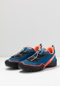 Dynafit - SPEED MTN - Běžecké boty do terénu - shocking orange/blue - 2