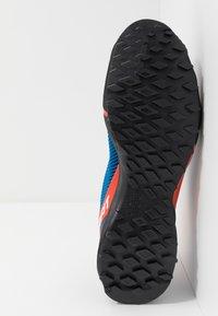 Dynafit - SPEED MTN - Běžecké boty do terénu - shocking orange/blue - 4