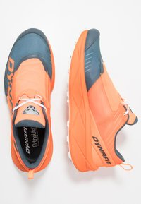 Dynafit - ULTRA 100 - Obuwie do biegania Szlak - shocking orange/orion blue