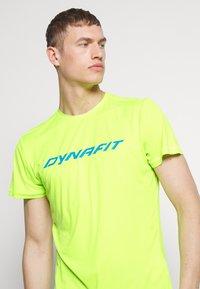 Dynafit - TRAVERSE TEE - T-Shirt print - fluo yellow - 4