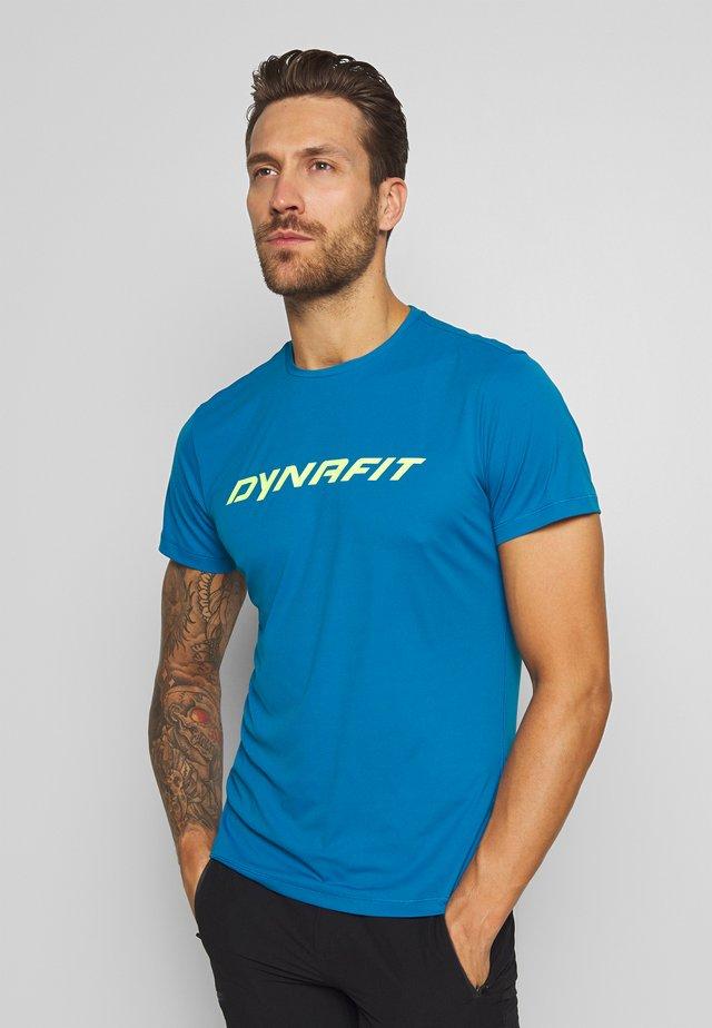 TRAVERSE TEE - T-shirt con stampa - mykonos blue
