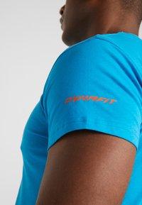 Dynafit - GRAPHIC TEE - T-shirts med print - methyl blue - 5