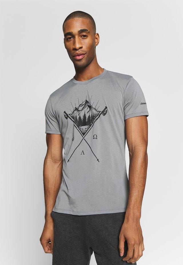 TRANSALPER GRAPHIC TEE - T-shirt med print - quiet shade