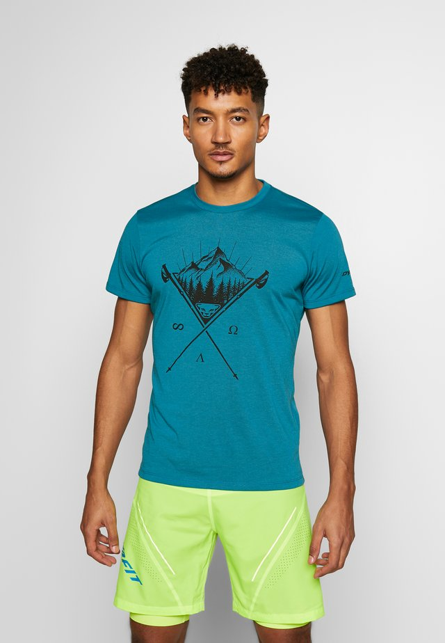 TRANSALPER GRAPHIC TEE - T-shirt imprimé - mykonos blue