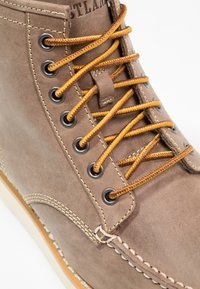 Eastland - LUMBER UP - Lace-up ankle boots - gray - 5