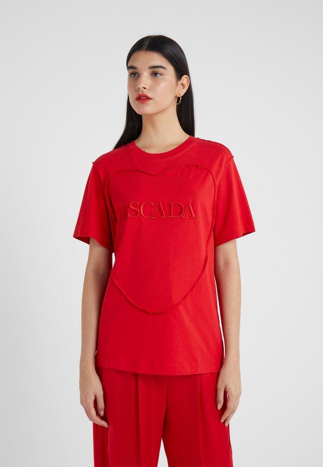 EHERZ TEE - Print T-shirt - rita red