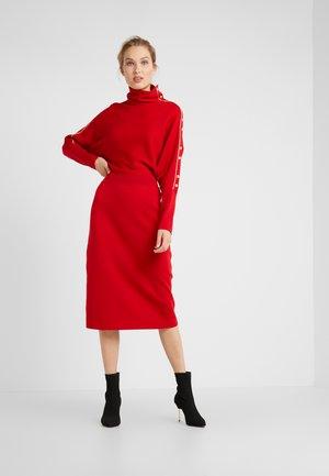 DELOR - Pletené šaty - red