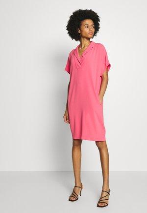 DIXANULANI - Abito a camicia - pink ruby