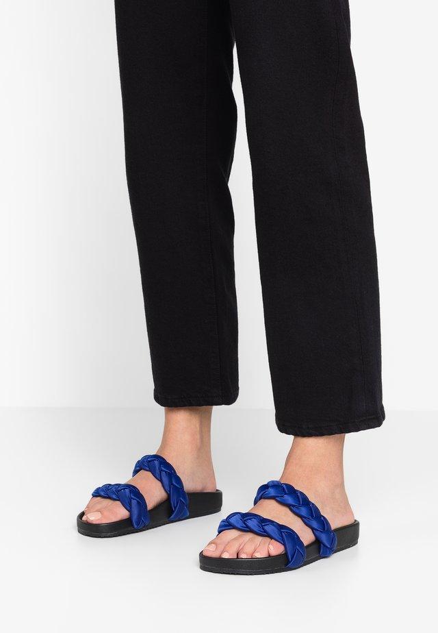 LUISA - Pantolette flach - cobalt