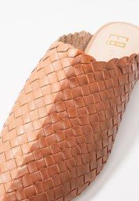 E8 BY MIISTA - ANTONIA - Mules - walnut/blush - 2