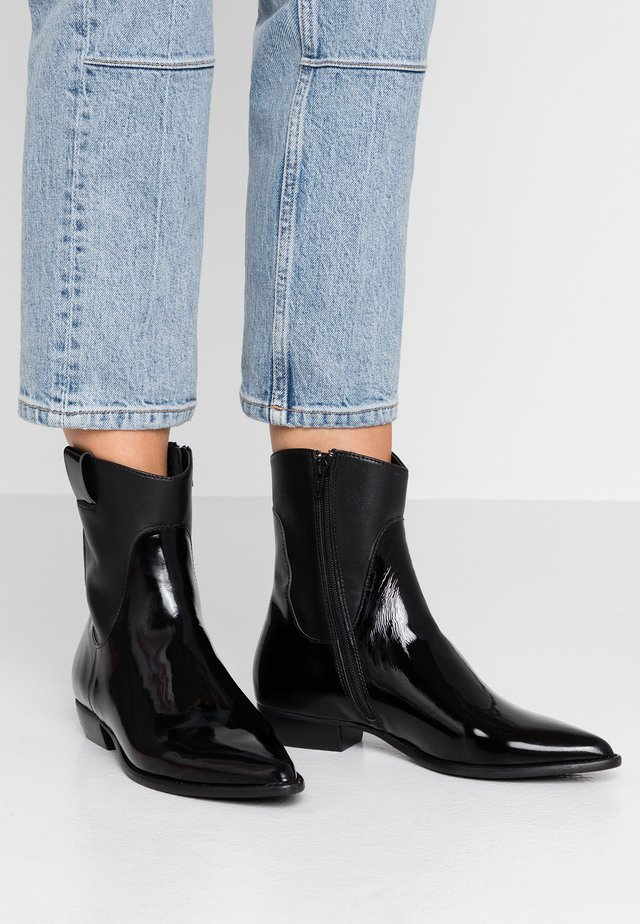 ENNI - Cowboy/biker ankle boot - black