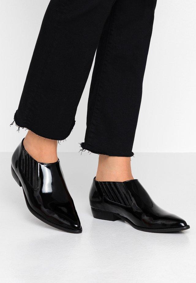 VILIA - Scarpe senza lacci - black