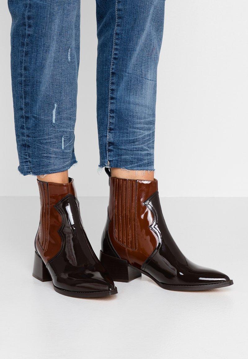 E8 BY MIISTA - MINEA - Cowboy/biker ankle boot - dark brown/brown