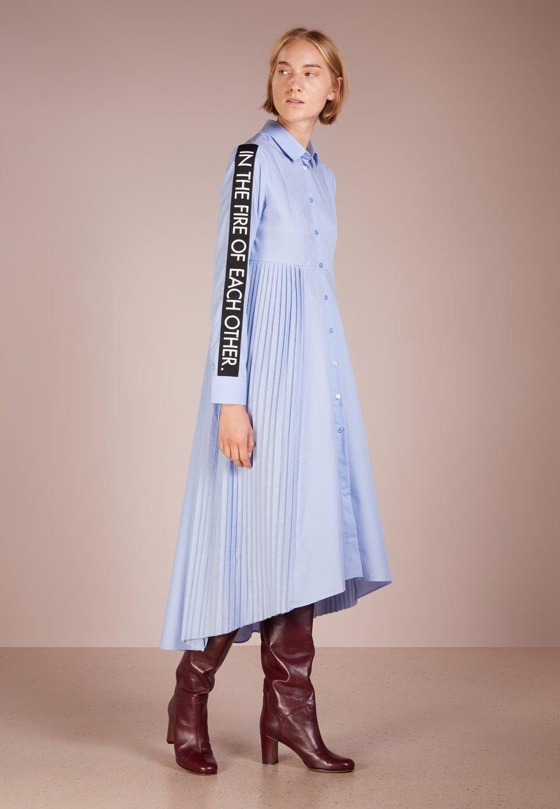 Each x Other - POPELINE TUXEDO DRESS WITH PLEATED DETAIL - Maxikjoler - sky blue