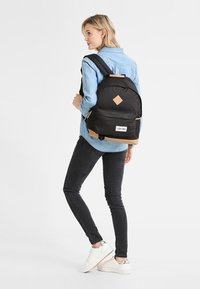 Eastpak - WYOMING/INTO THE OUT - Reppu - into black - 0