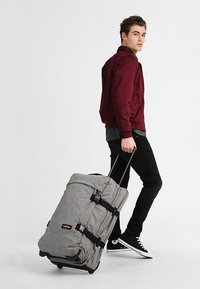 Eastpak - TRANVERZ M CORE COLORS REISEGEPÄCK - Wheeled suitcase - sunday grey