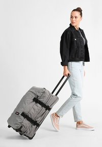 Eastpak - TRANVERZ M CORE COLORS REISEGEPÄCK - Wheeled suitcase - sunday grey - 0
