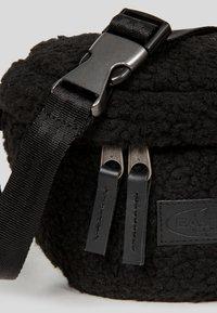Eastpak - SHEARLING/UTHENTIC - Bum bag - shear black - 3